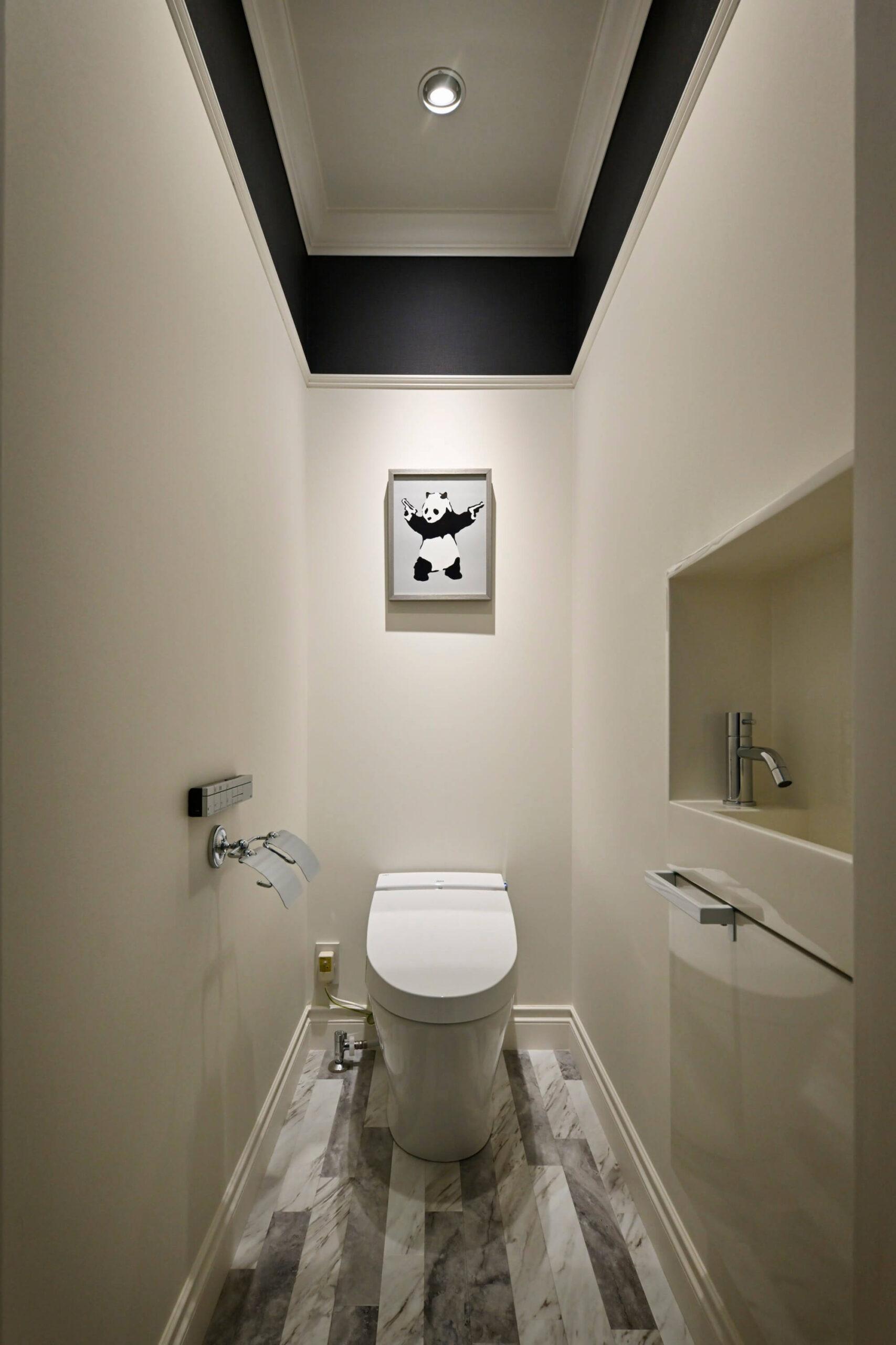 パリスタイルの本格輸入住宅のトイレ